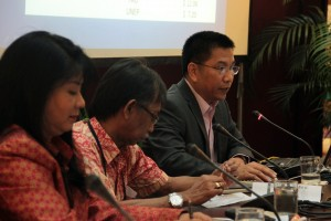 Jose Padilla (right) of UNDP answers questions from participants. Seated beside him are (from left) Marilou Drilon of ADB and Subhat Nurhakim of UNOPS. (Photo by CTKN)