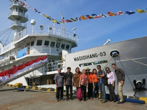 Workshop participants stand in front of the Indonesian training ship, M.V. Madidihang-03. (Photo: Coral Triangle Center)