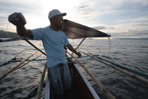 A fisherman prepares his handline fishing gear. (Photo by: © WWF Coral Triangle Programme / Alanah Torralba)